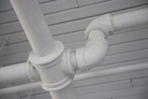 Witte pijpleiding voor de toevoer van water.